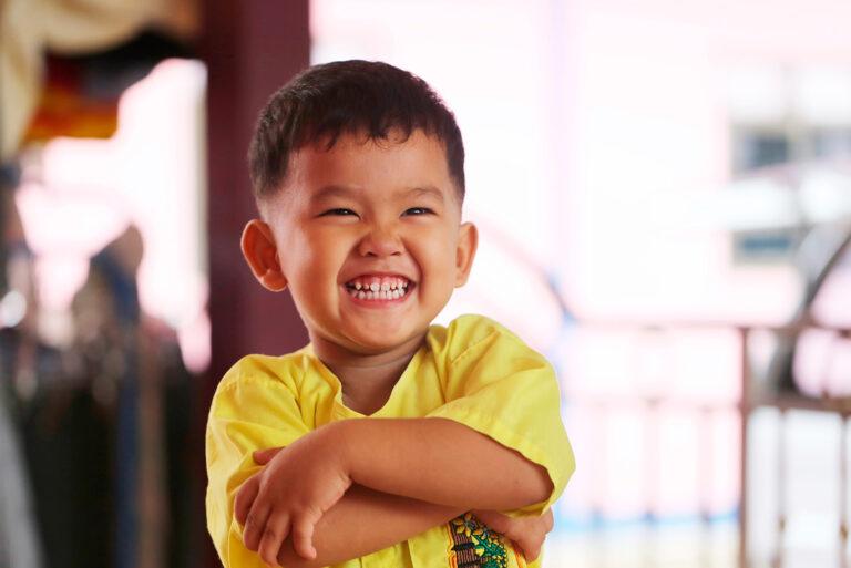 Kindergartenfotografie Hamburg Junge freut sich