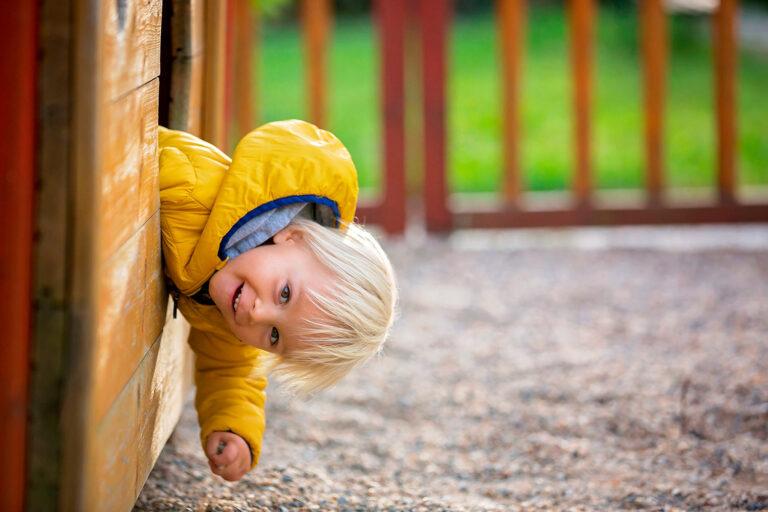 kontaktlose Kitafotografie Ablauf Junge guckt aus Haus
